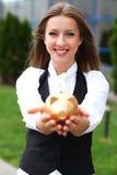 Donna di affari con moneybox Immagini Stock