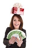 Donna di affari con soldi, casella di natale rossa. Fotografie Stock Libere da Diritti