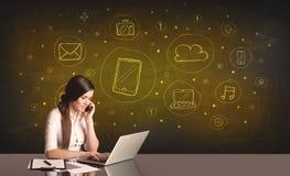 Donna di affari con tutto il genere di icone disegnate a mano di media Fotografia Stock