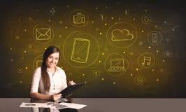 Donna di affari con tutto il genere di icone disegnate a mano di media Fotografie Stock