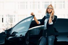 Donna di affari con un'automobile Fotografia Stock