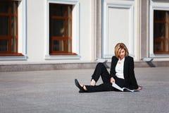 Donna di affari con un dispositivo di piegatura Fotografia Stock