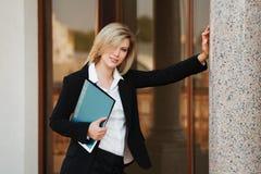 Donna di affari con un dispositivo di piegatura Immagine Stock Libera da Diritti