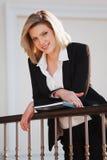 Donna di affari con un dispositivo di piegatura Fotografie Stock Libere da Diritti