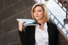 Donna di affari con un dispositivo di piegatura Fotografia Stock Libera da Diritti