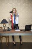 Donna di affari con un grande martello che indica voi Fotografia Stock