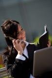Donna di affari con un mobile Fotografia Stock Libera da Diritti