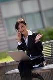 Donna di affari con un mobile Fotografie Stock Libere da Diritti