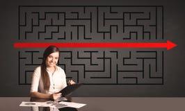 Donna di affari con un puzzle risolto nel fondo Immagine Stock