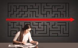 Donna di affari con un puzzle risolto nel fondo Immagine Stock Libera da Diritti