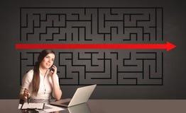 Donna di affari con un puzzle risolto nel fondo Fotografia Stock