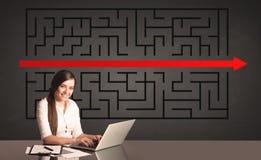 Donna di affari con un puzzle risolto nel fondo Immagini Stock Libere da Diritti
