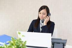 Donna di affari con un telefono immagini stock libere da diritti