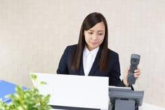 Donna di affari con un telefono immagini stock