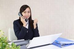 Donna di affari con un telefono immagine stock