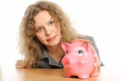 Donna di affari con una banca piggy fotografie stock libere da diritti