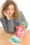 Donna di affari con una banca piggy fotografia stock libera da diritti