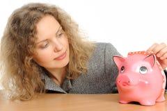 Donna di affari con una banca piggy immagini stock libere da diritti