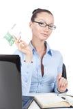 Donna di affari con una banconota da 100 euro a disposizione Fotografia Stock