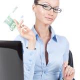 Donna di affari con una banconota da 100 euro a disposizione Immagine Stock Libera da Diritti