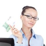 Donna di affari con una banconota da 100 euro a disposizione Fotografia Stock Libera da Diritti