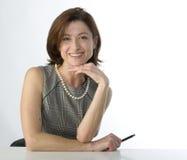 Donna di affari con una penna a disposizione Immagine Stock