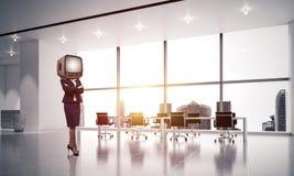 Donna di affari con una vecchia TV invece della testa Immagini Stock Libere da Diritti