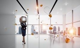 Donna di affari con una vecchia TV invece della testa Fotografia Stock