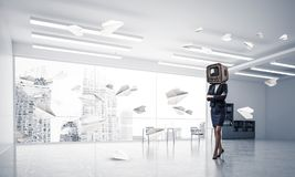Donna di affari con una vecchia TV invece della testa Immagine Stock Libera da Diritti