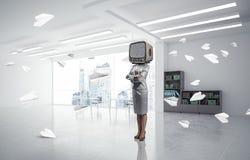 Donna di affari con una vecchia TV invece della testa Immagine Stock
