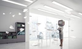 Donna di affari con una vecchia TV invece della testa Fotografia Stock Libera da Diritti