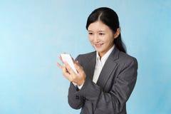 Donna di affari con uno Smart Phone fotografie stock