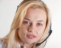 Donna di affari con uno speakerphone Fotografie Stock Libere da Diritti