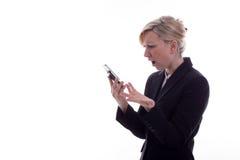 Donna di affari confusa con il telefono Fotografie Stock Libere da Diritti