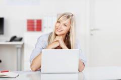 Donna di affari contenta felice Immagini Stock