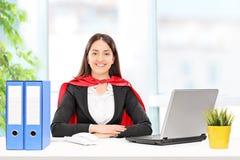 Donna di affari in costume del supereroe Immagini Stock