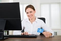 Donna di affari With Credit Card e computer Immagini Stock Libere da Diritti