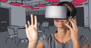 Donna di affari in cuffia avricolare di realtà virtuale e sui telefoni contro l'ufficio disegnato a mano grigio e rosa Immagine Stock