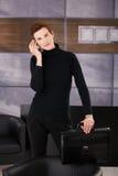 Donna di affari d'avanguardia che cattura chiamata mobile Fotografia Stock