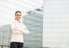 Donna di affari davanti all'edificio per uffici Immagine Stock Libera da Diritti