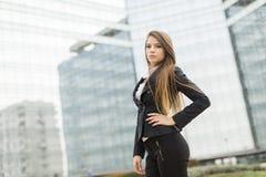 Donna di affari davanti all'edificio per uffici Immagini Stock