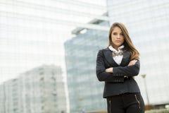 Donna di affari davanti all'edificio per uffici Fotografia Stock Libera da Diritti