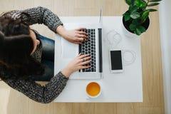 Donna di affari davanti alla spillatura del computer portatile immagine stock
