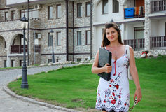 Donna di affari davanti alla sua casa 3 Immagine Stock