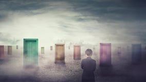 Donna di affari davanti a molte porte differenti che scelgono uno Decisione difficile, concetto importante di scelta, guasto o su fotografie stock