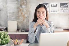 Donna di affari degli asiatici della nuova generazione che per mezzo del computer portatile all'ufficio, Asia Fotografie Stock Libere da Diritti