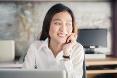 Donna di affari degli asiatici della nuova generazione che per mezzo del computer portatile all'ufficio, Asia Fotografia Stock Libera da Diritti