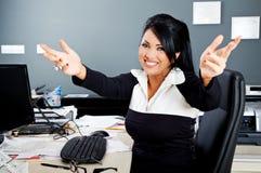 Donna di affari del latino di sorriso dell'abbraccio Fotografia Stock Libera da Diritti