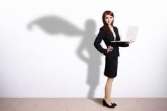 Donna di affari del supereroe con il computer Immagini Stock Libere da Diritti