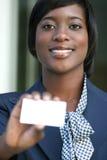Donna di affari dell'afroamericano con il biglietto da visita Fotografia Stock